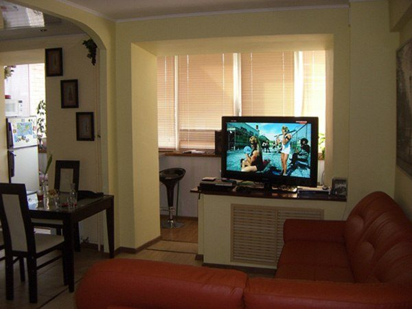 Многофункциональность гостиной в современной квартире предполагает и общение в ней с друзьями, и ежедневное семейное чаепитие с просмотром телевизора