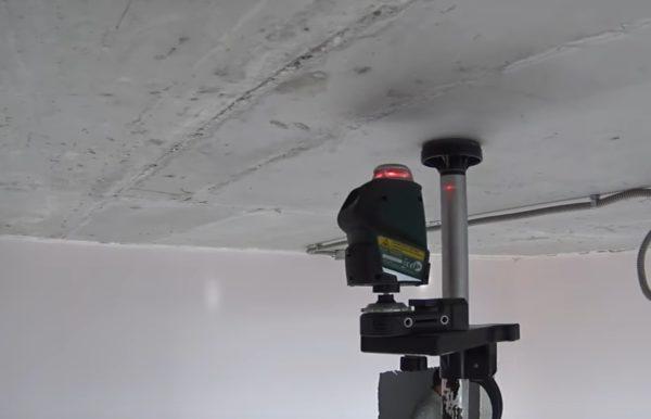 Для отбивки базовой линии удобно использовать лазерный уровень