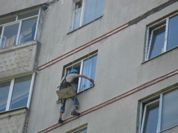 Для работ на высоте следует пригласить промышленных альпинистов