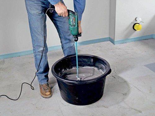 Для удобства можно воспользоваться строительным миксером, который позволит очень быстро и эффективно замешать раствор