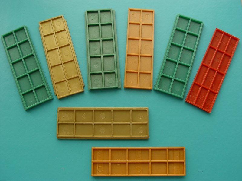 Для выравнивания стеклопакета используем дистанционные пластиковые подкладки разной толщины