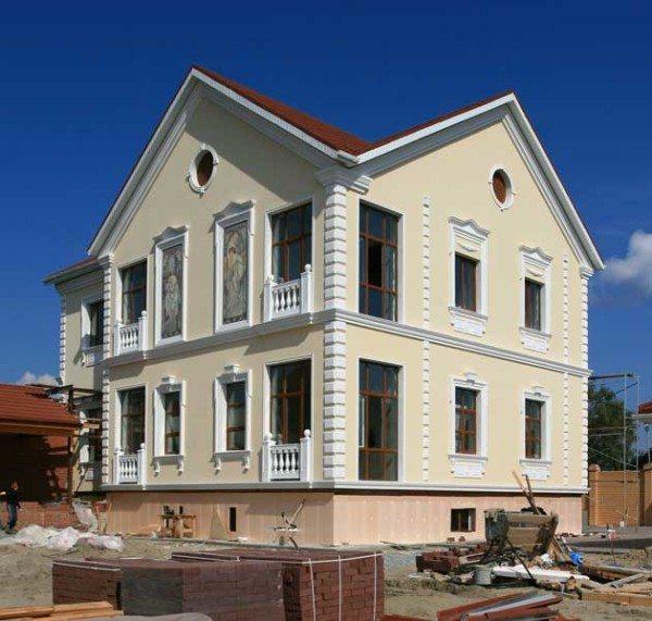 Дом с полиуретановым оформлением окон