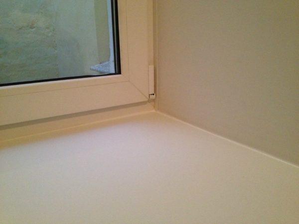 Герметик на основе жидкого ПВХ идеально маскирует любые изъяны, возможные на стыках окна с откосами