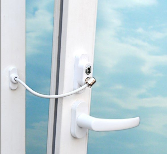 Гибкий ограничитель можно устанавливать на окна любого типа