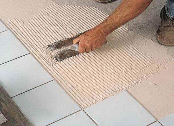 Гладилка позволяет распределить клей нужным слоем