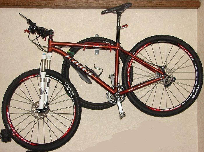 Хранение в подвешенном состоянии велосипеда на застекленном балконе