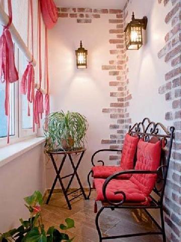 Мебель для маленького балкона в венецианском стиле
