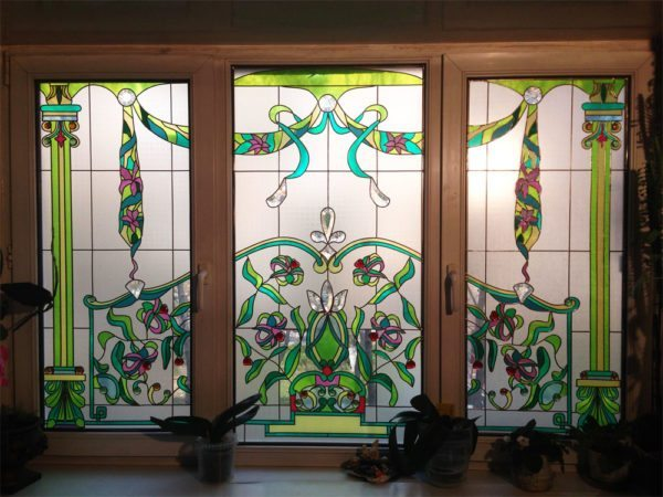 Имитация витража на типовом окне: и недорого, и красиво