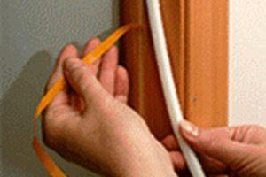 Использование уплотнителя на самоклеящейся основе значительно облегчит монтаж, но может отразиться на сроке эксплуатации изделия и качестве