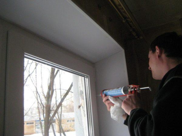 Качественная герметизация оконных швов минимизирует тепловые потери, исключает появление сквозняков и улучшает внешний вид самого окна