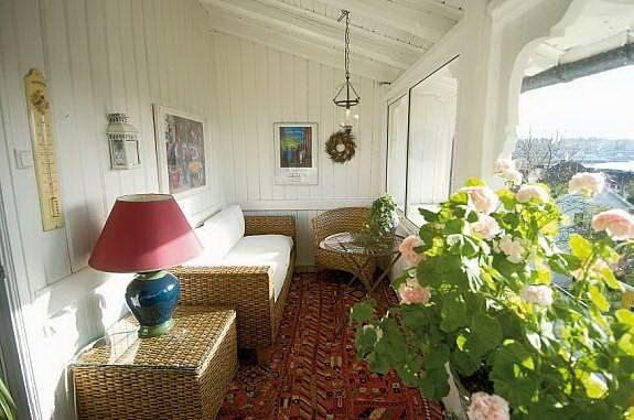 Идея оформления просторной лоджии как полноценной комнаты