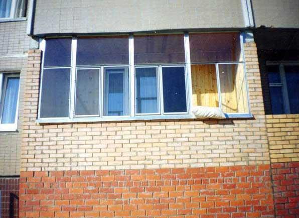 Балкон из кирпича на первом этаже позволит создать поверх себя балкон второго этажа