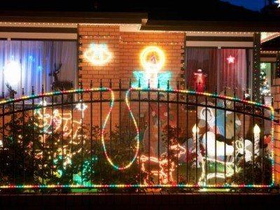 Новый Год - волшебный праздник: украшенный балкон поднимет настроение даже прохожим