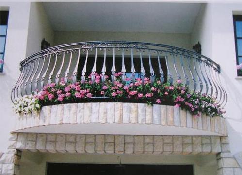 Кованое ограждение – несомненное украшение балкона