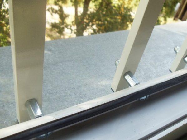 Крепление решеток к окну осуществляется при помощи болтов