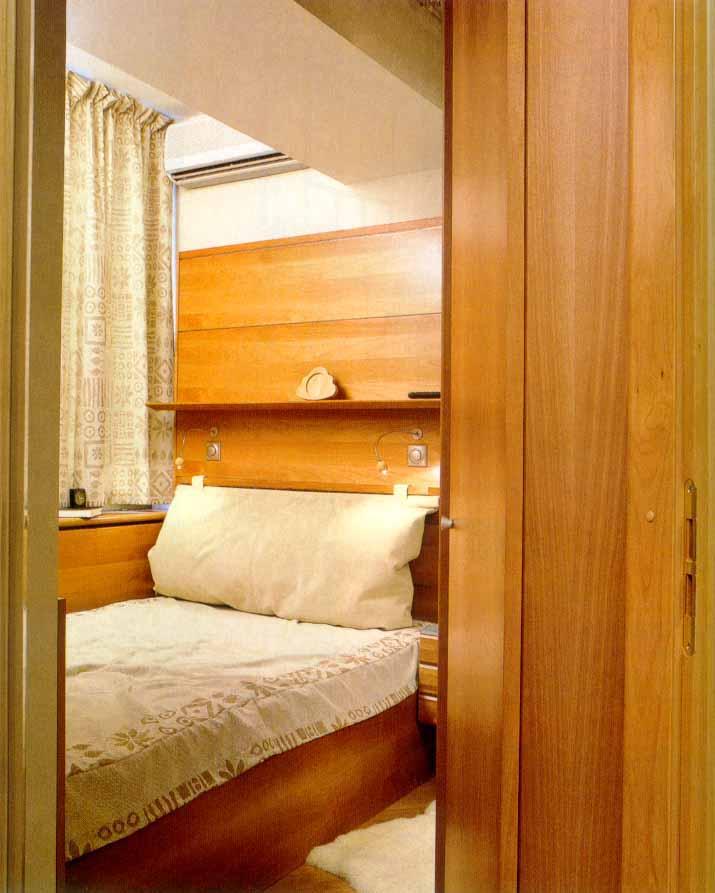Комната на балконе с кроватью..