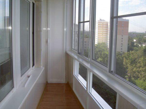 Легкий алюминиевый профиль позволяет использовать конструкции даже на больших балконах с не самым прочным основанием