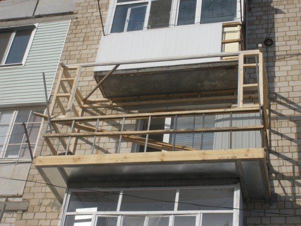 Деревянный каркас расширенного балкона, с профилями для сайдинга