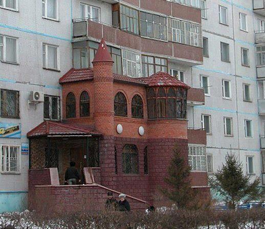Замок пристроен к панельному дому