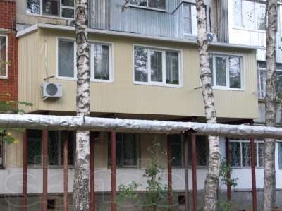 Балкон на металлических трубах