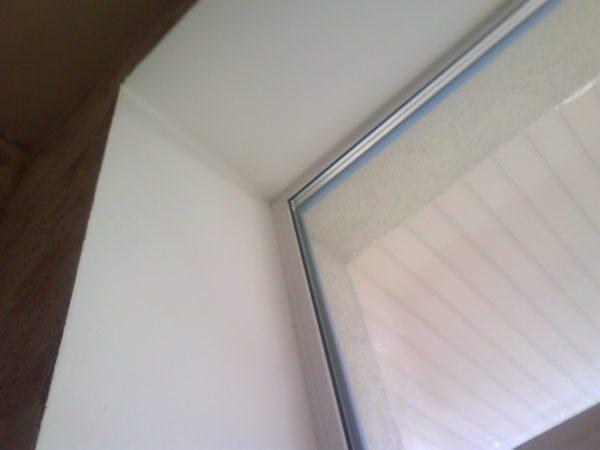 Любительское фото готового откоса на пластиковом окне, который был сделан с применением гипсокартона