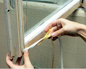 Любительское фото, на котором показан монтаж простейшего утеплителя в виде уплотнительной резинки на самоклеящейся основе