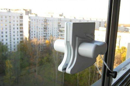 Магнитная щетка сделает безопасным мытье стекол на высоких этажах