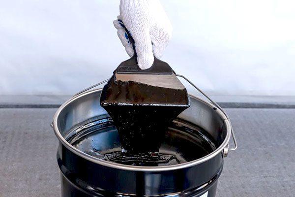 Мастика выступает и как клей, и как гидроизоляция поверхности
