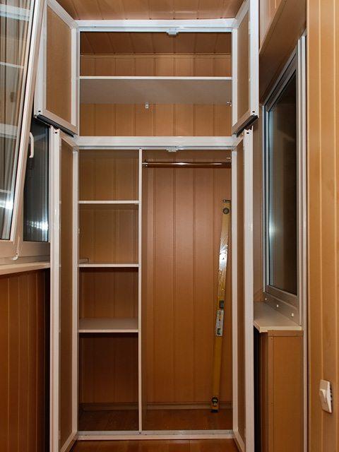 Самостоятельно сделанный шкаф внутри балкона