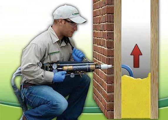 Методом заливки пенистого полиуретана можно утеплять каркасные стены