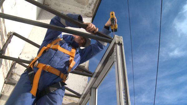 Монтировать пластиковые окна на большой высоте непросто!