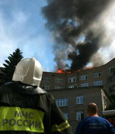 Пожар на крыше высотного здания по причине заноса открытого источника огня