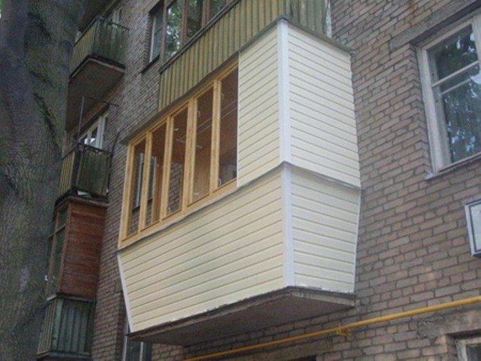 Балкон, облицованный сайдингом