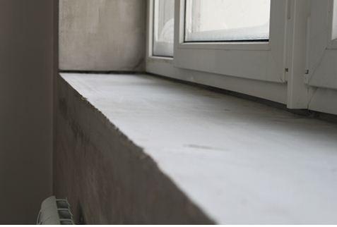 На момент установки деревянного подоконника стяжка должна полностью просохнуть.
