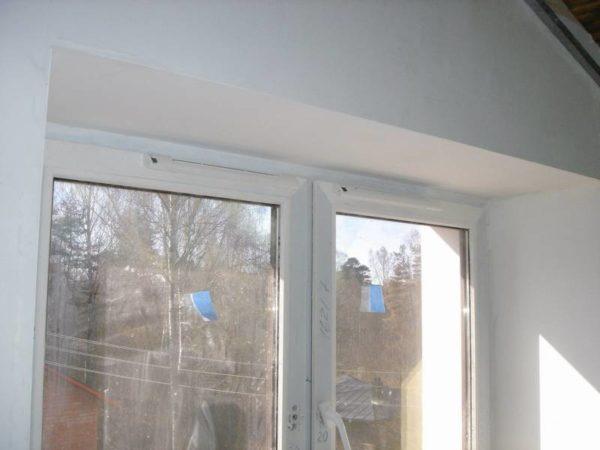 На окне приточный клапан почти незаметен