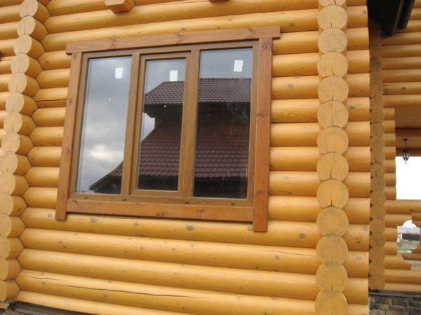 Наличники улучшают внешний вид дома и защищают стык рамы и стены от ветра и влаги