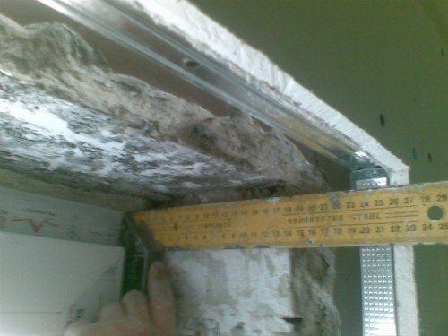 Некоторые мастера предпочитают на край откоса устанавливать металлический профиль, который будет контролировать угол определенного наклона