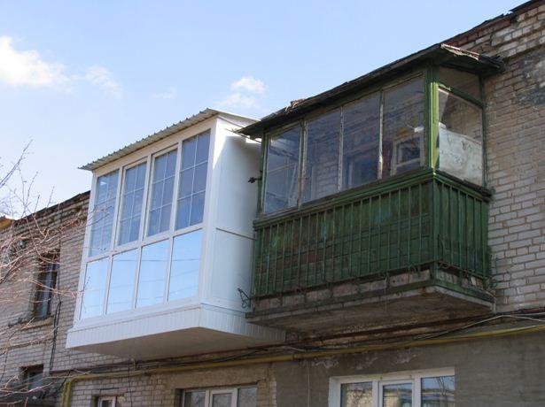 Неоформленный балкон можно сделать таким же красивым, как и соседний, но поработать придется серьезно!