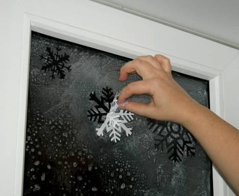 Снежинка на стекле своими руками