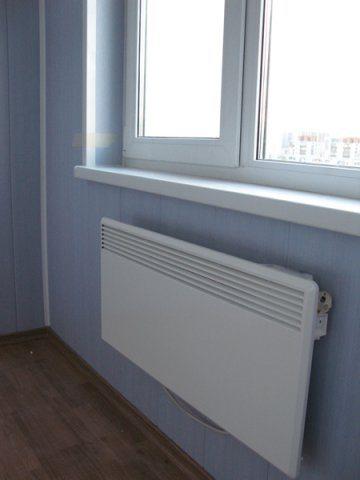 Радиатор, установленный под балконным окном