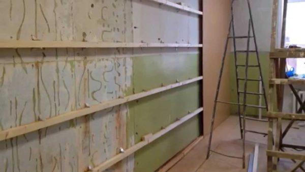 Облицовка стен производится элемент за элементом, главное плотно стыковать панели
