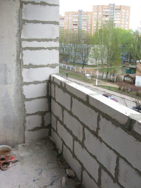 Наличие надежного парапета для установки на лоджии пластиковых окон является одним из приоритетов