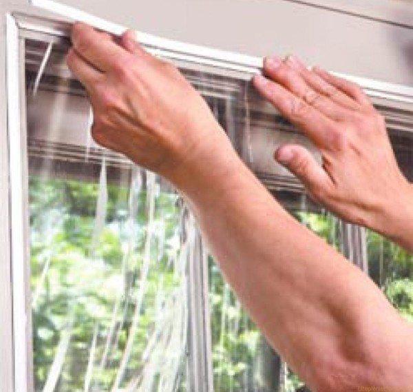 Окно можно обтянуть на зиму пленкой.