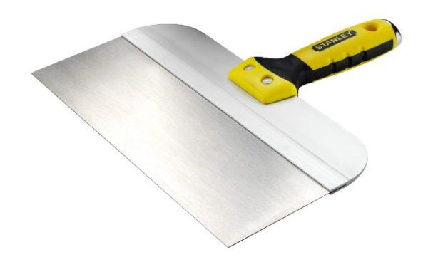 Основной инструмент для нанесения шпаклевки – шпатель шириной 25-30 см