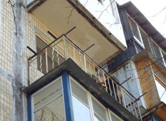 Перильная конструкция балкона в хрущевке при остеклении требует укрепления