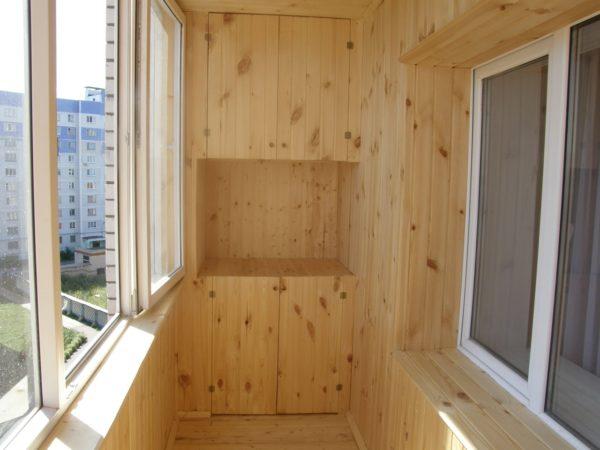 Отделанный вагонкой балкон