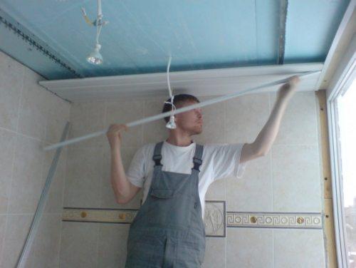 Отделка лоджии ПВХ панелями. Потолок