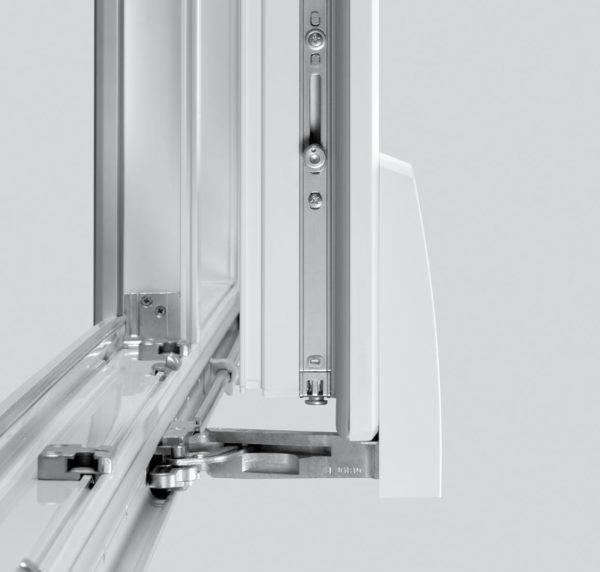 Параллельно-сдвижная фурнитура, установленная на пластиковом окне