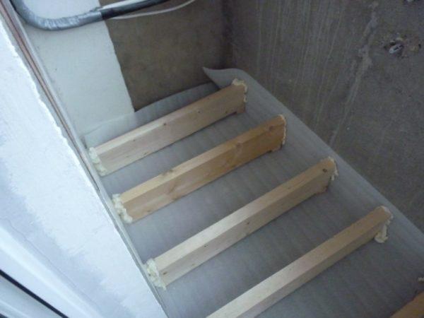 Пена позволяет зафиксировать балки в нужном положении и заделать щели