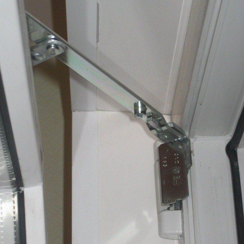 Фурнитура для пластиковых окон: запоры и крючки.